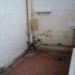 Badkamers van de kraamafdeling voor de renovatie