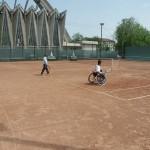 Kinderen van het dagverblijf nemen deel aan een tenniswedstrijd